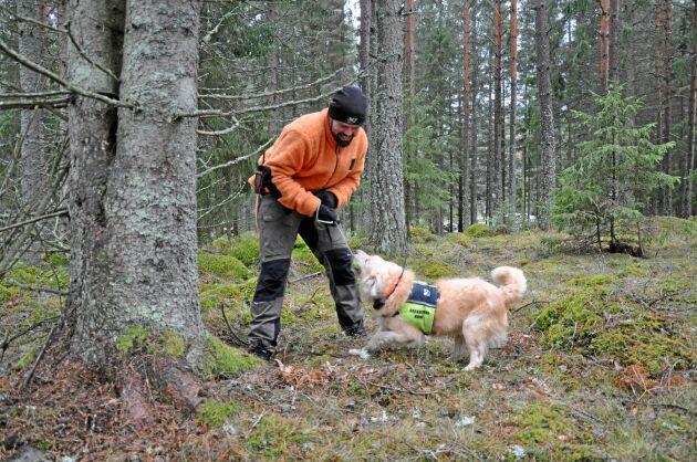 Mikael Johansson leker med Lias som belöning.