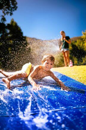 Vatten plus lite barnschampo ger den rätta halkan.