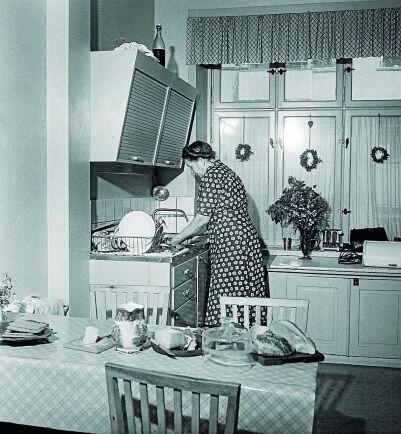 Sneda överskåp med skjutdörrar blev vanliga i köket som nu var rymligare än tidigare.