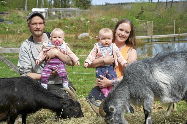 Ola och Maria hoppas att fler barn, liksom deras döttrar, ska få träffa gårdens djur när de förverkligar sin dröm om en egen djurpark.