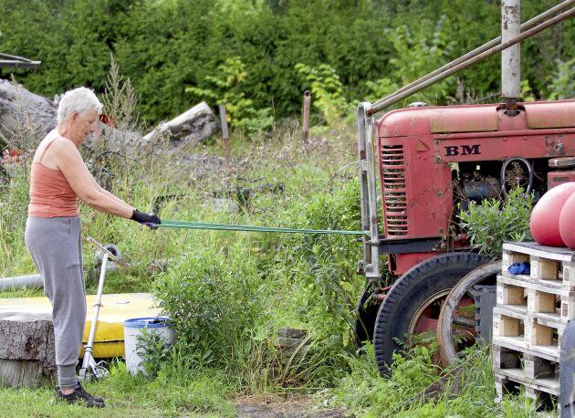 Gunilla Berglind, 67, har blivit mycket starkare sen hon började träna. Nu orkar hon lyfta gjutjärnspannan med en hand.