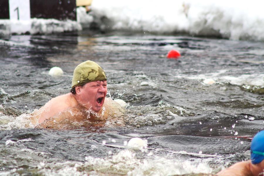 Det årliga vintersimmet i Skellefteå är populärt bland både deltagare och åskådare. Jarkko Enqvist mår bra resten av dagen efter ett vinterdopp.