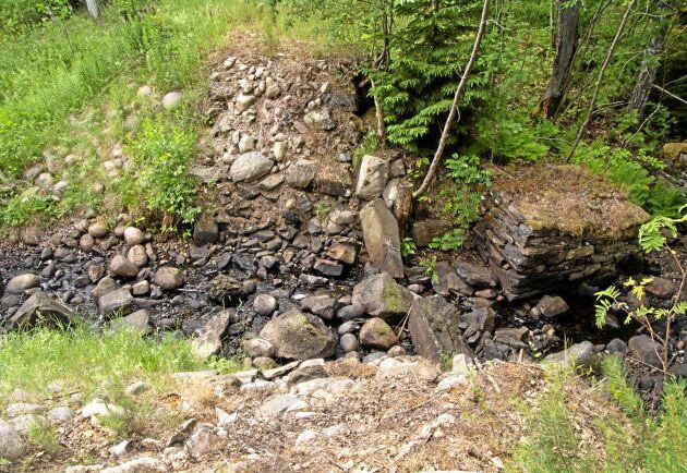 En stenbro från 1700-talet försvann i samband med utrivningarna i Fräsebäcken. Bara brofästena kan än så länge anas.