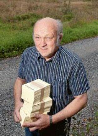 Anders Carlsson i Ställberg i norra Västmanland var med och drog i gång Landsbygdsdemokraterna. Nu jobbar han för att få ut valsedlar till så många vallokaler som möjligt. Foto: Trons