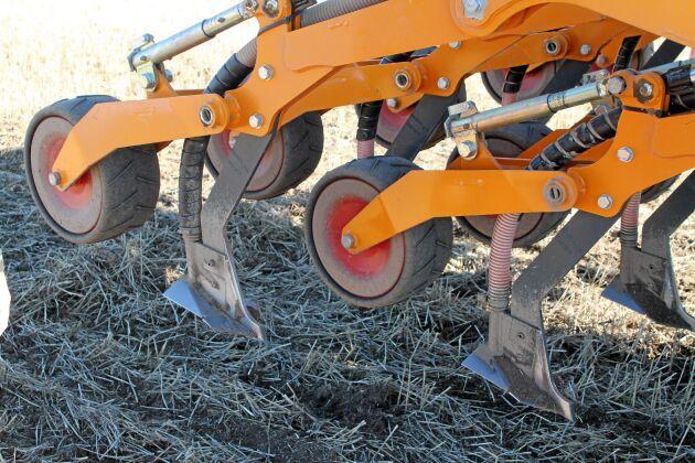 På bilden är maskinen utrustad med såbillar för bandsådd av spannmål och ärter. Höstraps sås med en annan bill som radsår.