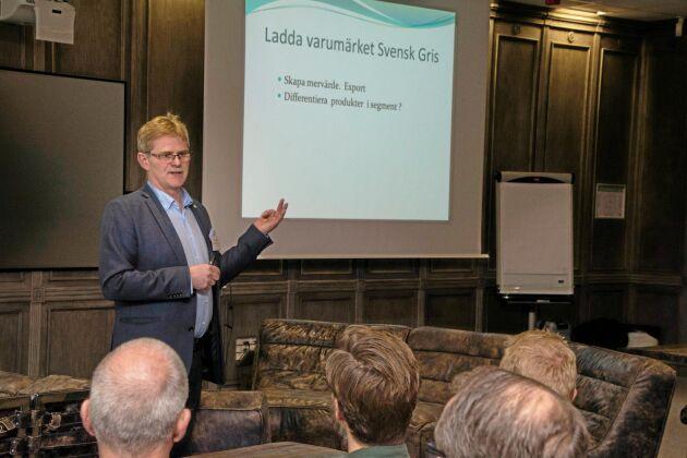 Enligt Ingemar Olsson, ordförande för Sveriges Grisföretagare, behöver uppfödarna 4:50–5 kronor mer per kilo slaktvikt för att kompensera de ökade foderkostnaderna.