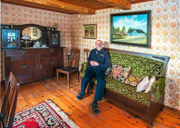 Salen med bjälkar i taket och antika möbler. Målningen över soffan är på den gamla släktgården där Stefan är född, ett stenkast bort inne i Brunnslöv.