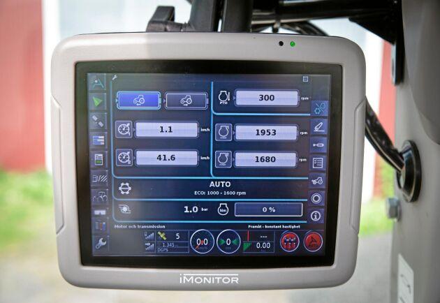 I-monitorn med en 8 tums pekskärm är en förutsättning för att kunna styra ISO bus redskap. Samma sak om man väljer till autostyrning. Den underlättar också inställningen av traktorns funktioner väsentligt med överskådliga menyer. Den kostar 32000 kronor extra.