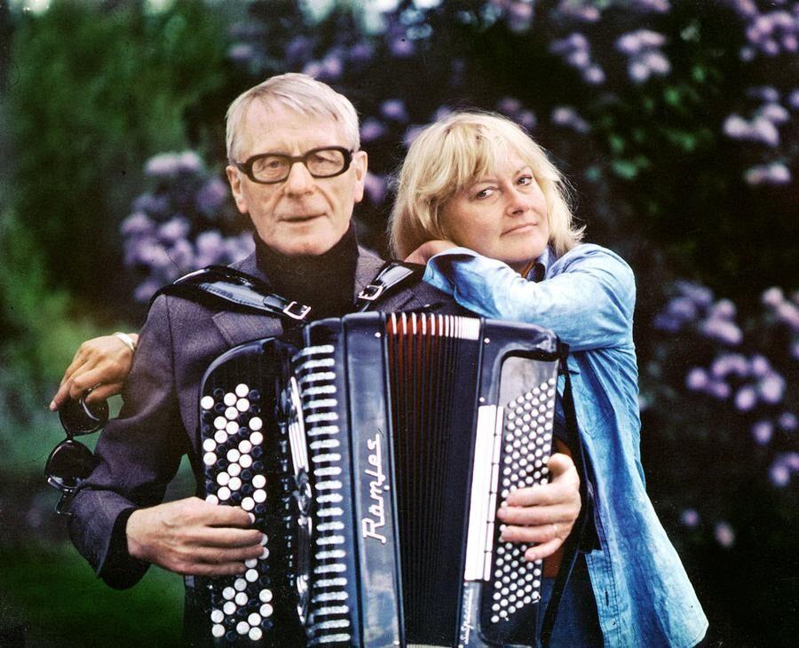 Monica med sin pappa Bengt under ett besök i födelseorten Hagfors. I museet finns fler bilder från hennes liv.