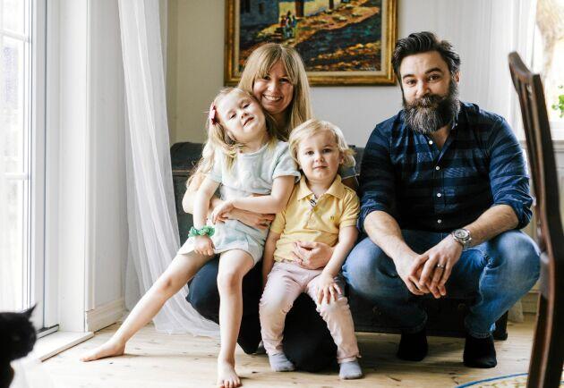Rickard och Therese Birath med barnen Adeline, 5, och Hamilton, 3, lever smart utan gifter.