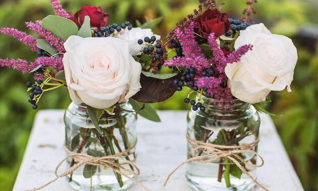 Blommor på bordet hör till – även om festen är utomhus.