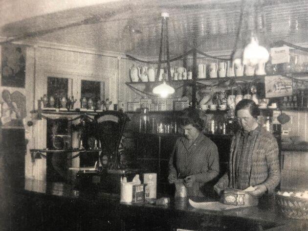Foto från 1930-talet med biträdet Zaida Lorén och till höger står grundarens dotter, Alida Andersson.