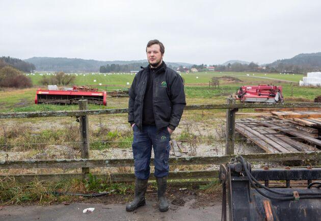 Alexander Johansson är vd i företaget. De arrenderade markerna ligger nära gårdsbyggnaderna precis intill samhället i Dingle.