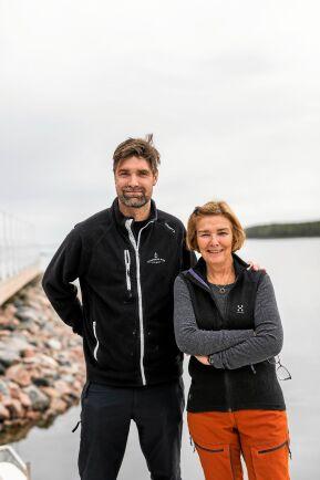 Lars-Gunnar och mamma Ulla, som har skapat en av de populära såserna och rörorna som säljs i butiken.