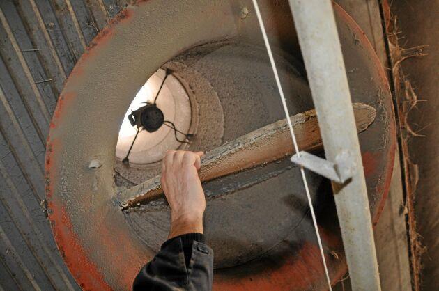 Regelbunden rengöring av armaturer och fläktkanaler sparar åtskilliga kilowattimmar om året.