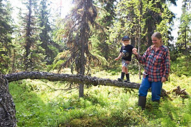 Lotta och Erik på promenad i den omgivande skogen.