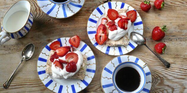 Lyxigt enkel marängtårta med jordgubbar