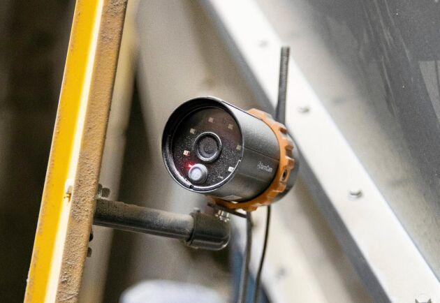 Tre övervakningskameror håller koll på, gårdsplan, kvarnar och foderbord. De kan också ta stillbilder vid rörelsedetektion.