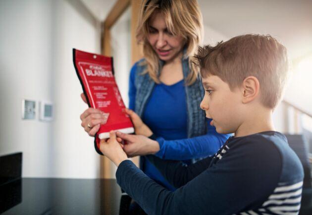 Se till att alla familjemedlemmar vet hur man använder brandfilt och pulversläckare.