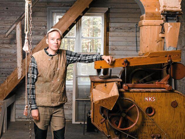 Henry Ketola i sin nyuppväckta Femtå Qvarn i norra Värmland, med robusta maskiner från 1920-talet.