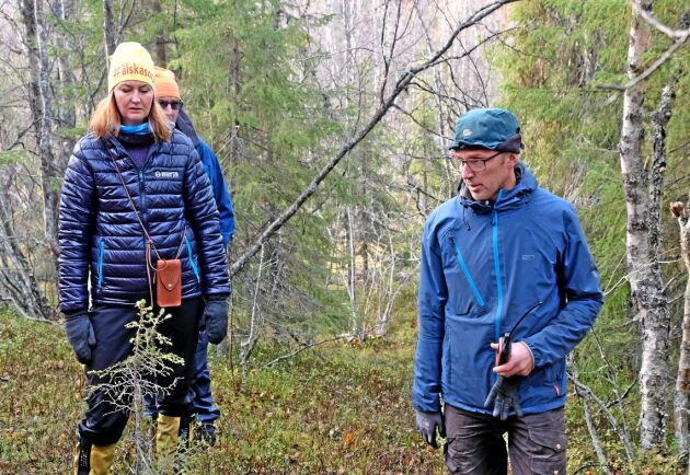 Markägarna Hanna och Albin Holmberg i Sorsele när Mark- och miljödomstolen hade fältsyn i målet om ersättning för nekad avverkning i fjällnära skog.