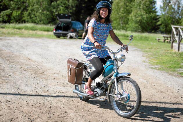 Åsa tycker att det går precis lagom fort med en moped. Hon brukar bland annat åka moped till jobbet eller till affären.
