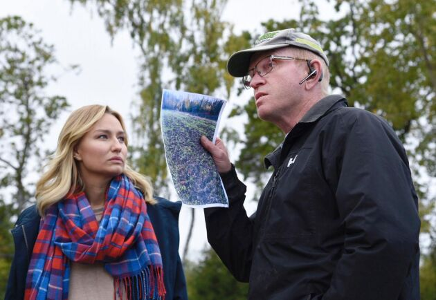 Lantbrukaren Mats Collberg, som drabbats hårt av vildsvinens framfart, visar runt Kristdemokraternas partiledare Ebba Busch Thor (KD) på sin gård på gård på Adelsö.