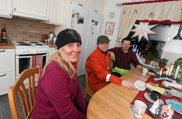 Familjemys. Mamma Carola, sonen David och pappa Patrik tar en fikapaus hemma i köket.