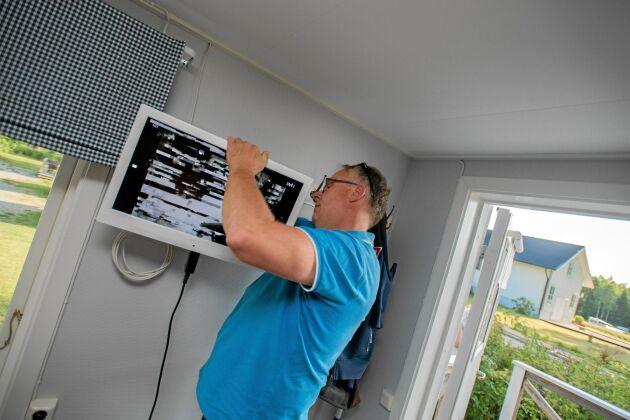 Det är tur att Freddy är händig och dessutom utbildad elektriker när saker ska fixas på campingen, som denna trasiga tv.