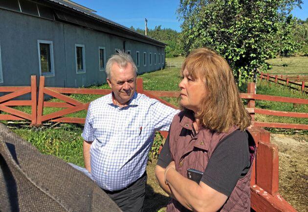 Landsbygdsminister Sven-Erik Bucht samtalar med Susanne Anderson på Stora Lundby utanför Vallentuna.