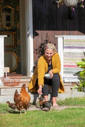 Maria matar gårdens höns och kycklingar