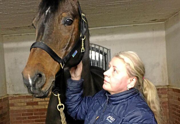 Eklunda stuteri i Örebro är en del av den svenska hästaveln. Företagare Lena Zeiloth är beroende av snabba leveranser och mycket kritisk till regeringens beslut om nya rutiner för Postnord.