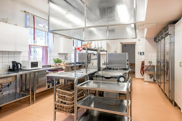 Sundmans Fjällgård har ett godkänt restaurangkök med storköksspis med ugn, varmluftsugnar, stekbord, kokeri, kylskåp, frysar och stormaskin i separat diskrum.