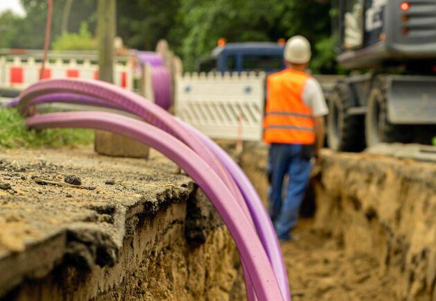 Det ska bli lättare att gräva ned fibrer på landet tack vare Trafikverkets nya regler.