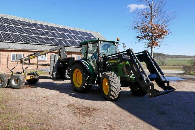 Traktorn kör på HVO-diesel, elen kommer från solenergi. Carl Jonson gjorde två snabba förändringar för att bli mindre fossilberoende.