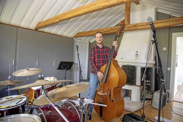 """Erik Söderlund tänkte som ung satsa på musiken, men tänkte att """"det kan jag ju hålla på med iallafall"""". Han har en stående reptid med det egna bandet """"Kassetten"""" på övervåningen i huset varje tisdag, oavsett årstid. Bandet spelar just nu en kombination av bluegrass, country och pop och har ett par spelningar i månaden (när det inte är Corona)."""