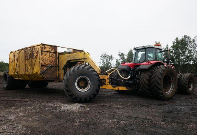 Dubbelmontage bak och fram på traktorn samt rejält breda däck på vagnen är ett måste för torvtransport.