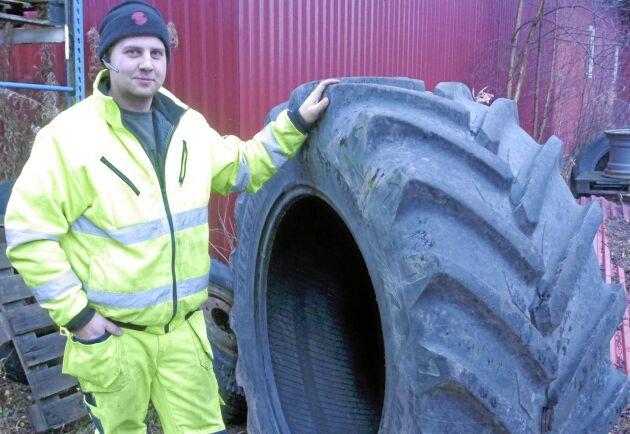 I Slageryd finns möjlighet att snabbt montera begagnade lantbruksdäck.