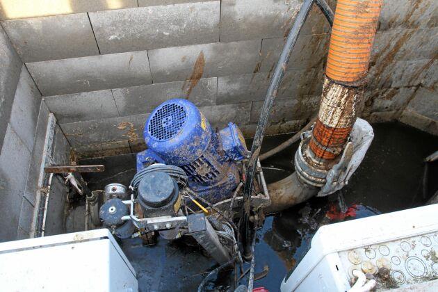 Gödseln pumpas till rötkammaren med en 9 kW Doda tryckpump. För extra finfördelning används en Vogelsang.