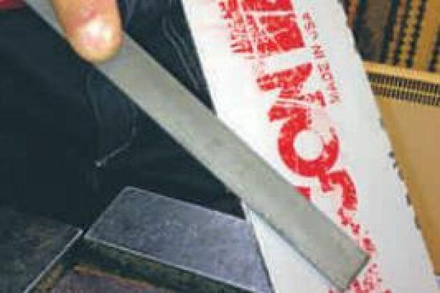 När kedjan löper bildas grader, skarpa kanter, utmed svärdsspåret. Fila bort dem med en vanlig plattfil så att ytan blir slät.