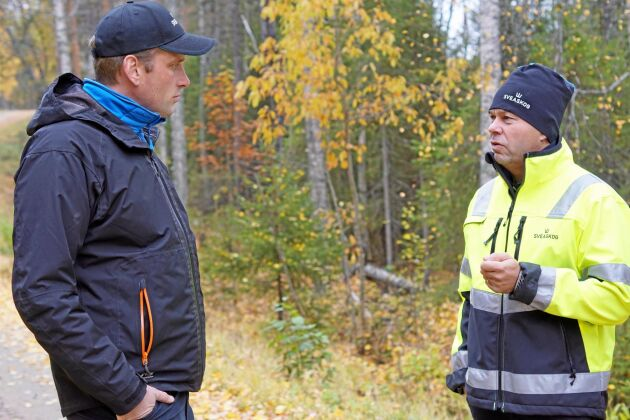 Vägmästarna Fredrik Gustafsson (till vänster) och Ulf Lundqvist i Västerbotten respektive Norrbotten inspekterar skogsvägen i Ekoparken Rosfors.
