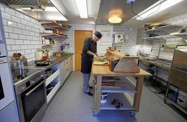 Susanne är stolt över sitt nybyggda restaurangkök, dr hon lagar all mat åt sina gäster. Tomas har byggt köksön i mitten.