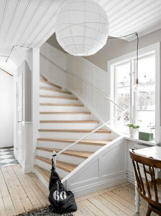 I dag är trapphallen är ljus och trevlig med vita, höga originalpaneler. Men det krävdes mycket slit för att få bort de gamla, fastlimmade mattorna på alla trappsteg.