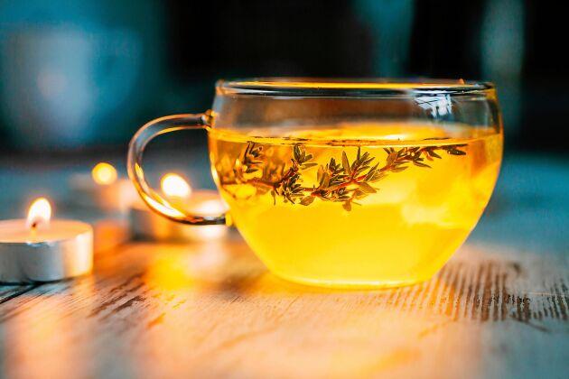 Slemlösande ångor och te från timjan och mynta är en skön huskur i förkylningstider.