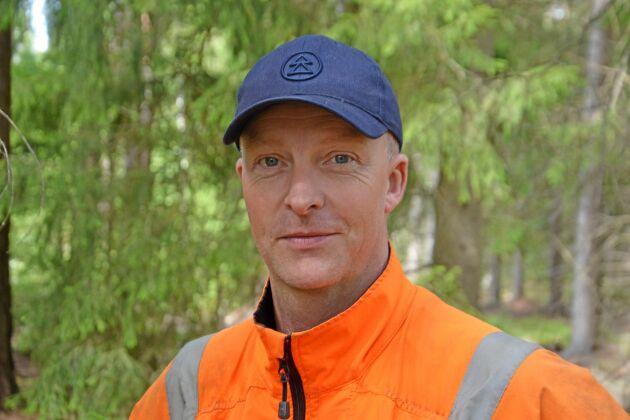 Henrik Sandgren utbildar inte i första hjälpen eller hjärt-lungräddning, men som säkerhetsombud inspirerar han gärna andra skogsägare i hur de ska tänka säkerhet.