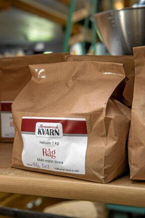 Fina påsar med ekologisk, nymalet mjöl att köpa.