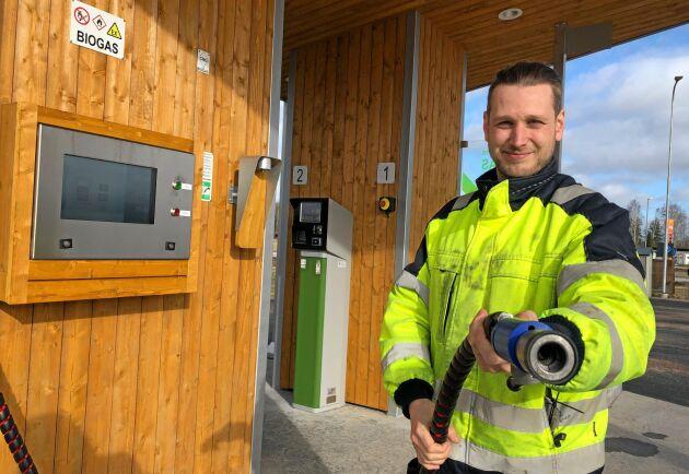 På Sveriges färskaste biogasmack träffar vi lantbrukaren och mackägaren Tom Birgersson, som själv får berätta hur det känns att köra på sitt eget bränsle.