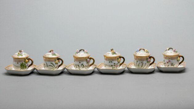 """""""Flora danica"""", Royal Copenhagen. 1900-talets andra hälft. 6 stycken Cremekoppar med fat. Slutpris: 28000 kronor."""
