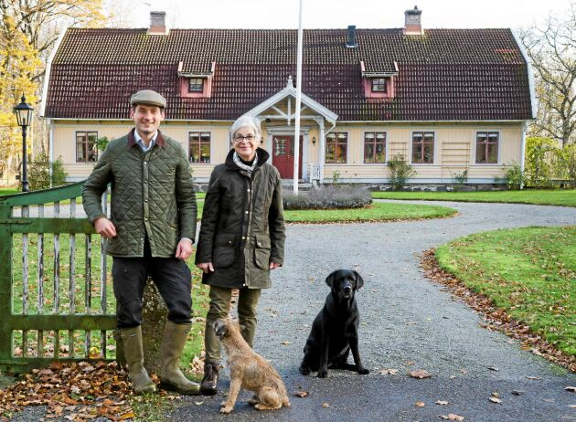 Gustav af Wåhlberg bor i Norrköping men är ofta hemma på gården i Skedemosse där han jagar och arbetar i skogen som hans mamma Elna-Brith af Wåhlberg äger.