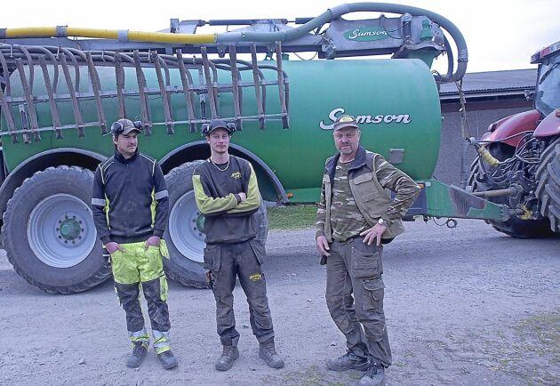 Lantbruksarbetare Daniel Svensson, Emil Murto och Andreas Rydén i Undal vill gärna hjälpa till med vattentransporter i samband med bränder.